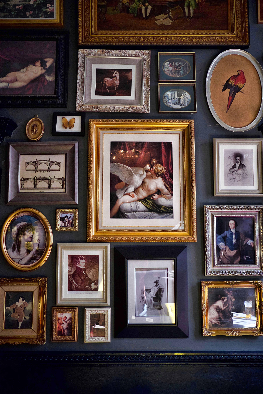 come disporre i quadri in un corridoio